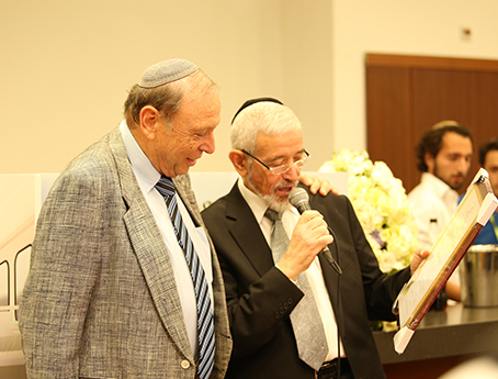 Prof Reuven Or receiving an award from zichron menachem
